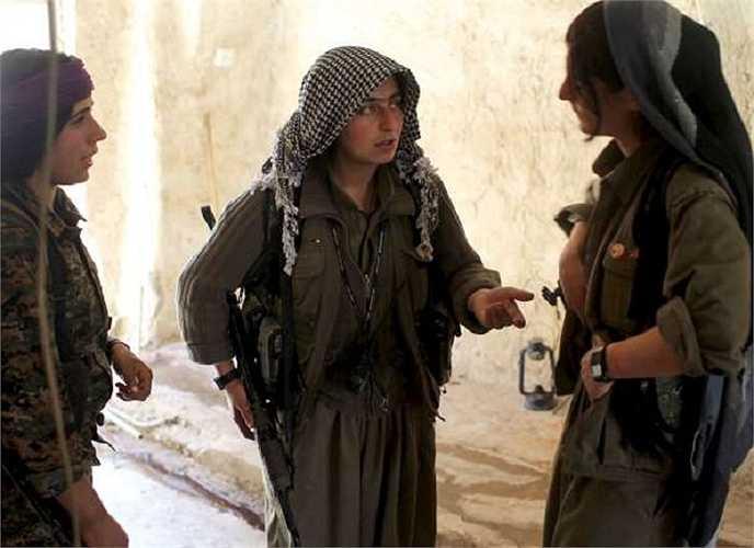 Nữ phóng viên Reuters có cơ hội được đến và ghi lại những hình ảnh về cuộc sống của những bóng hồng người Kurd khi họ cầm súng chiến đấu
