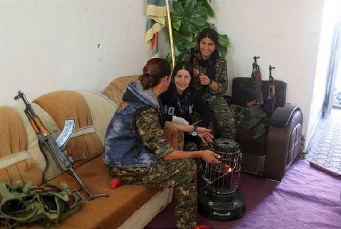 Các cô gái trò chuyện bên lò sưởi tại căn cứ ở Sinjar