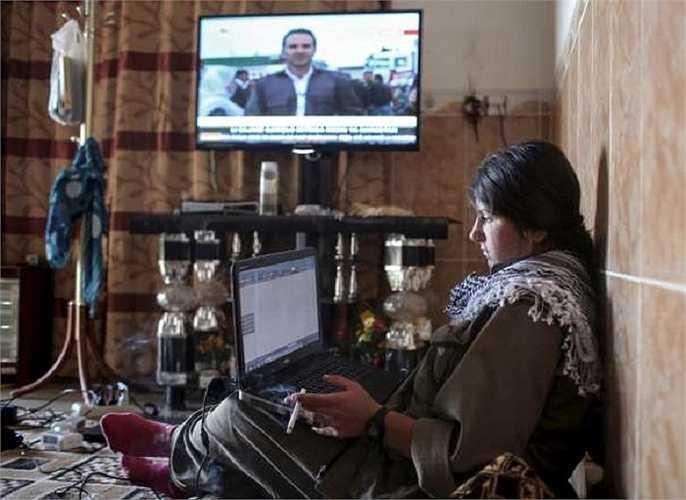 Nữ chiến binh người Kurd làm việc với máy tính