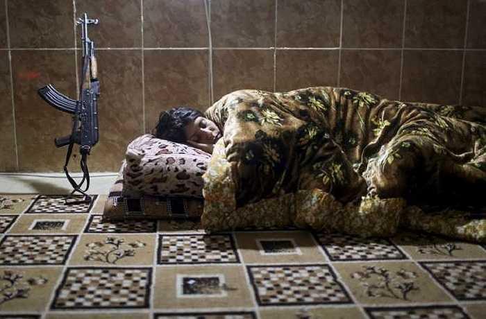 Một nữ chiến binh chìm vào giấc ngủ sau giờ làm việc