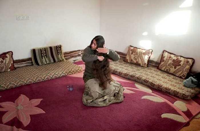 Nữ chiến binh người Kurd với mái tóc buông dài