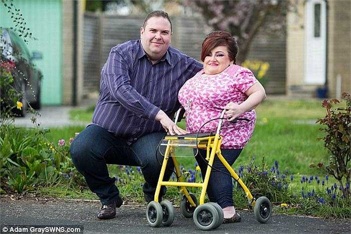 Rebecca Dinsdale sống tại Weston-super-Mare, Somerset (Vương Quốc Anh), dù đã 31 tuổi nhưng chỉ cao 1 mét do mắc căn bệnh hiếm gặp.