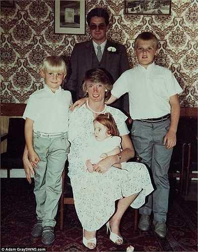 Bố mẹ Rebecca đặt nickname cho con gái mình là 'búp bê sứ'. Trong ảnh là bố mẹ và hai người anh của cô.