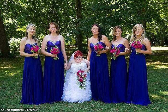 Trong đám cưới, Rebecca bước vào nhà thờ mà không cần thiết bị hỗ trợ, cô đã nhảy cùng chồng điệu nhảy đầu tiên trong đời.