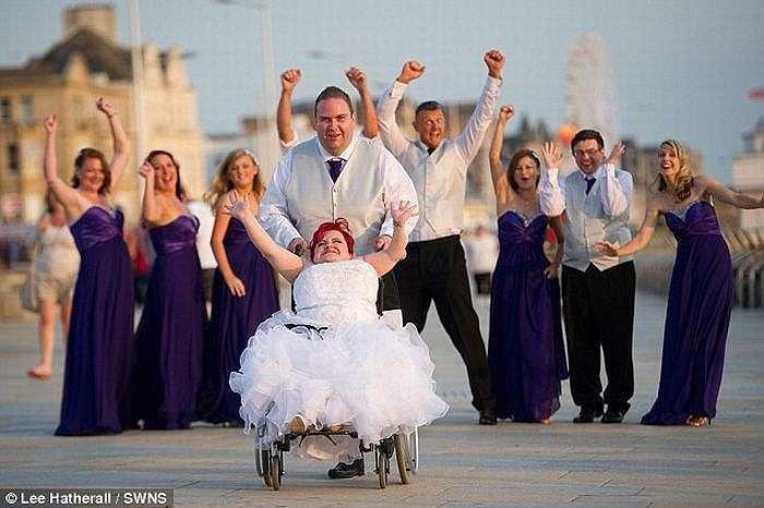 'Bước vào thánh đường, tôi muốn gây bất ngờ cho chồng. Tôi không dùng xe lăn, cha tôi đã dìu tôi từng bước. Thật may là tôi không bị gãy cái xương nào', Rebecca hạnh phúc chia sẻ.