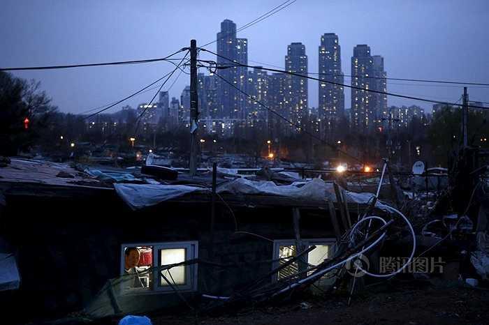 'Gangnam Style' là bài hát từng gây sốt cộng đồng mạng nhiều năm trước khắc họa cuộc sống xa xỉ ở khu giàu có Gangnam. Nhưng gần khu vực này có khu ổ chuột đã tồn tại nhiều năm