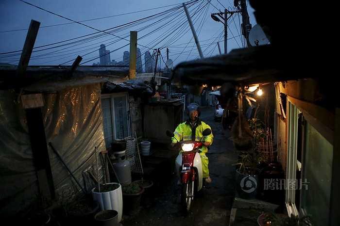 Tên khu ổ chuột này là Guryong hay còn gọi là Cửu Long. Khu này được hình thành từ Thế vận hội Seoul 1988