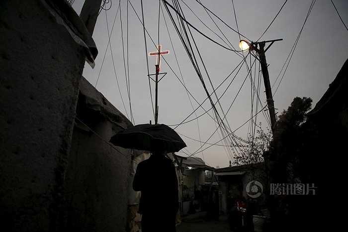 Trong số 2000 người dân sống ở đây, chủ yếu là người già 70 tuổi cô đơn. Họ sống đơn giản, không cần điện, mùa đông đốt than để sưởi ấm