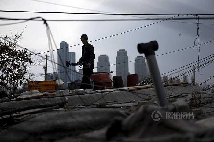 Ở đây có những đường dây điện chằng chịt, vật liệu ngổn ngang. Gần như khu vực này không được hưởng lợi từ sự phát triển mạnh mẽ của kinh tế Hàn Quốc