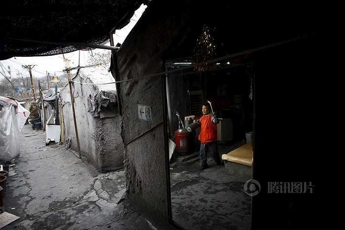 Những người sống ở đây đa số là lao động nghèo hoặc nhặt rác kiếm sống. Các tổ chức thường xuyên giúp đỡ họ