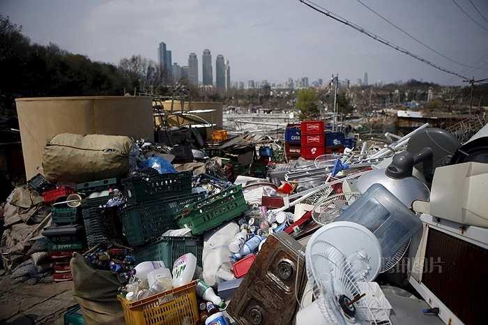Đối lập với khu vực ổ chuột là những tòa nhà khu Gangnam giàu có xa hoa với các chung cư cao cấp, cuộc sống sung túc
