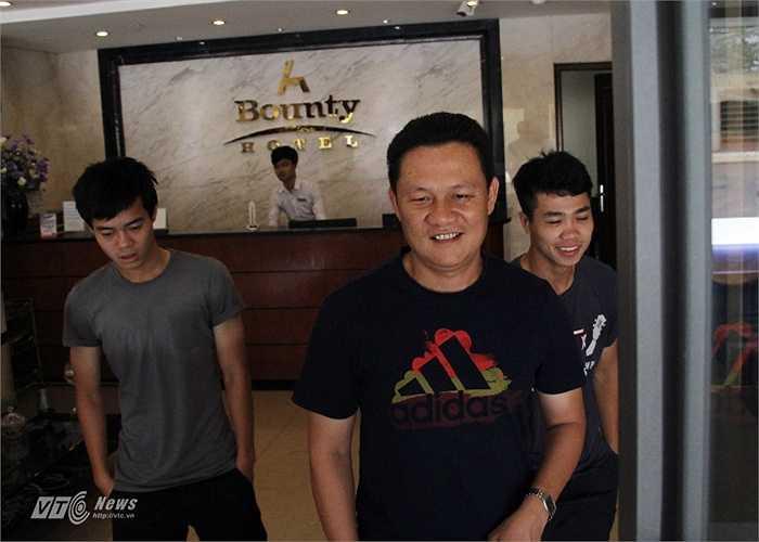 Trợ lý thủ môn Nguyễn Quốc Tuấn cùng Công Phượng, Văn Toàn rời khách sạn để đi ăn trưa.