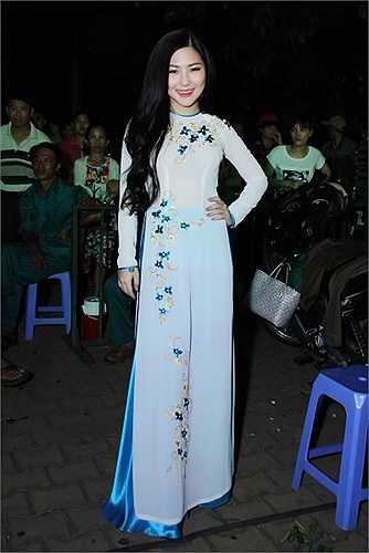 Giọng ca sinh năm 1995 chọn mặc áo dài trắng thướt tha để biểu diễn trong chương trình có tính chất truyền thống.