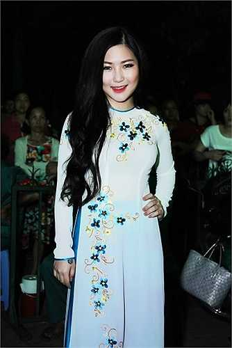 Trong đêm nhạc, nữ ca sỹ tự tin thể hiện hai nhạc phẩm nhạc đỏ có tên: Màu hoa đỏ và Bài ca không quên.