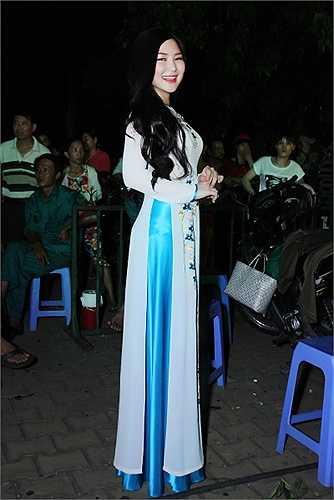 Lần đầu hát nhạc đỏ Hương Tràm khá run tuy nhiên nhờ nhận được sự cổ vũ nhiệt tình của khán giả nên giọng ca 'Ngại ngùng' rất tự tin khi biểu diễn.