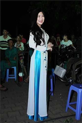 Hương Tràm tâm sự, cô có rất nhiều người hâm mộ tại đây khi biểu diễn xong đã có rất nhiều fan lớn tuổi xin chụp ảnh và chữ kí của nữ ca sỹ.