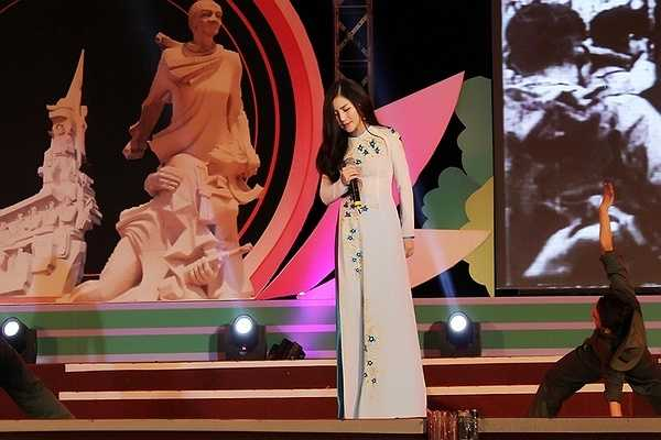 Bên cạnh đó Hương Tràm cũng cho biết giờ đây cô muốn tập trung cho sự nghiệp và không muốn tình cảm nam nữ xen vào.