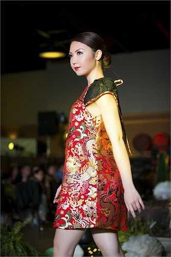 Jennifer Chung tên thật là Chung Ngọc Như Thy, năm nay 22 tuổi. Cô đang học năm thứ hai ngành Quản trị Kinh doanh tại Đại học San Francisco, đồng thời là giám đốc công ty mỹ phẩm đa quốc gia có trụ sở tại Mỹ.