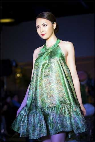 Mẹ cô cũng là một doanh nhân nổi tiếng trong cộng đồng người Việt. Từ khi đăng quang Hoa hậu Áo dài Bắc California và Hoa hậu châu Á tại Mỹ 2014, Jennifer Chung liên tiếp được mời tham gia các sự kiện lớn của thành phố.