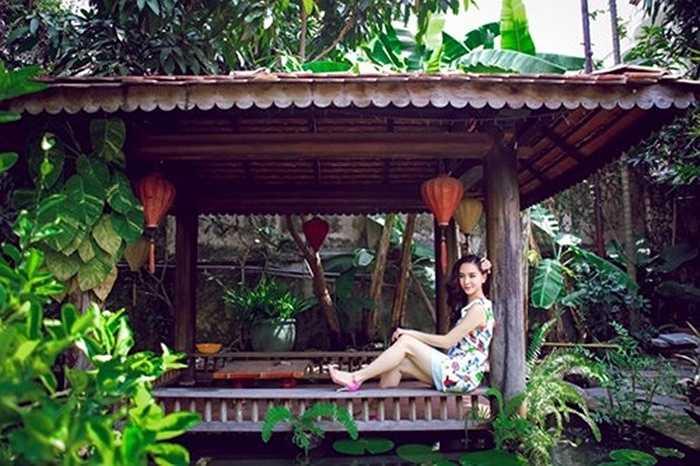 Á hậu của Hoa hậu hoàn vũ 2008 - Dương Trương Thiên Lý khiến không ít người ghen tỵ vì cô có chốn thiên đường tuyệt đẹp để sinh sống. Căn biệt thự vườn tại TP HCM của người đẹp được thiết kế hài hòa, mái ngói rêu phong, màu nâu của gỗ hòa cùng màu xanh cây lá ấn tượng.