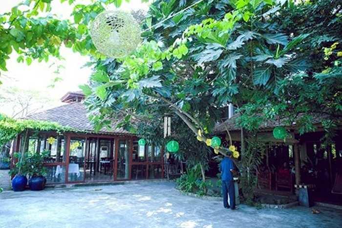 Khuôn viên nhà Á hậu bày trí với nhiều nét cổ xưa, gần gũi.