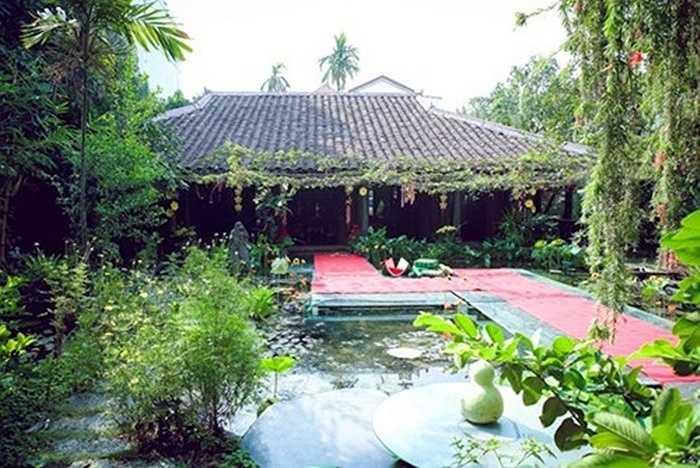 Hồ cá được xây giữa vườn nối với khu nhà thờ chính của gia đình Á hậu Thiên Lý. Lối đi trên mặt hồ thiết kế bằng kính cường lực độc đáo.