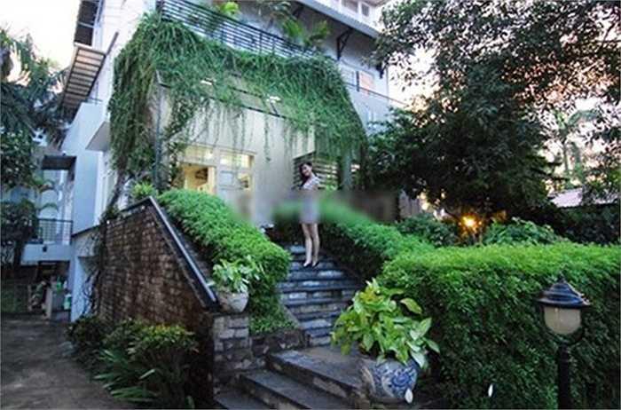 Ngôi biệt thự vườn của gia đình Á hậu Huyền My tại Hà Nội có diện tích 800m2 với cây xanh phủ kín quanh nhà.