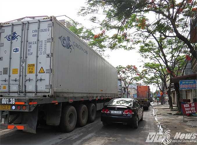 Sáng nay (5/5), nhiều tuyến đường vào một số cảng ở Hải Phòng đã bị tắc nghẽn nhiều giờ, hầu hết là xe container vào lấy hàng, ken kín đường, nhiều tuyến không còn chỗ cho xe máy lưu thông
