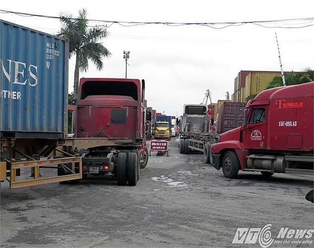 Một cán bộ CSGT thuộc đội 1 - Phòng CSGT Công an TP Hải Phòng cho biết, tình trạng ùn ứ tại khu vực Cảng Đoạn Xá và một số cổng cảng khác diễn ra từ khoảng 20h đêm qua (4/5) do lượng xe vào lấy hàng quá đông.