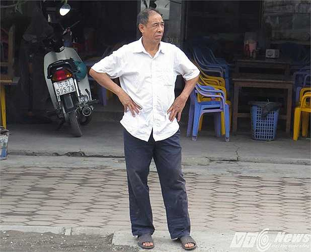 Một người dân cạnh ngã tư đứng nhìn ngao ngán cảnh ùn tắc giao thông.