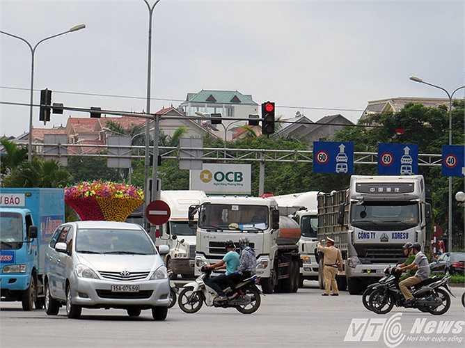 Tại nút giao đường Lê Hồng Phong - Nguyễn Bỉnh Khiêm, có lúc giao thông trở lên hỗn loạn