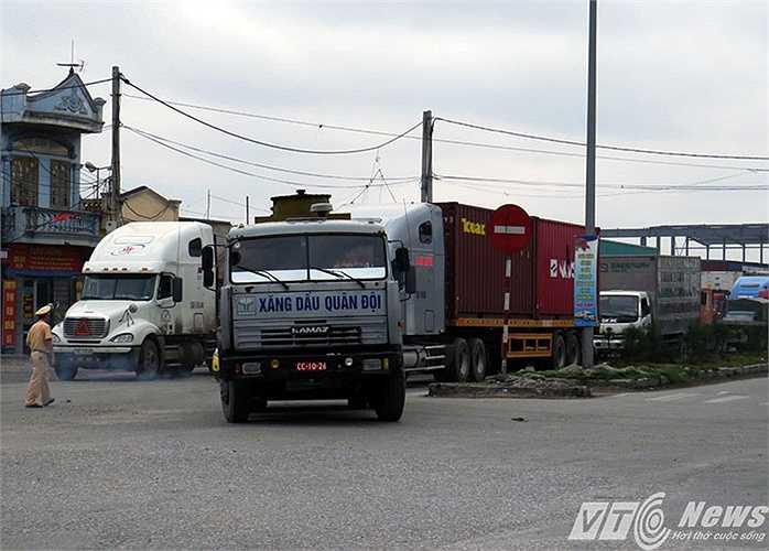 Lực lượng CSGT phải căng mình điều tiết giao thông tại ngã ba Đình Vũ - Nguyễn Bỉnh Khiêm vì luôn trong tình trạng tắc nghẽn.
