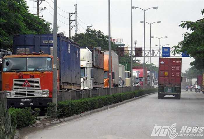 Tuyến đường Nguyễn Bỉnh Khiêm (chiều xuống các cảng) xe container nối đuôi nhau nhiều km