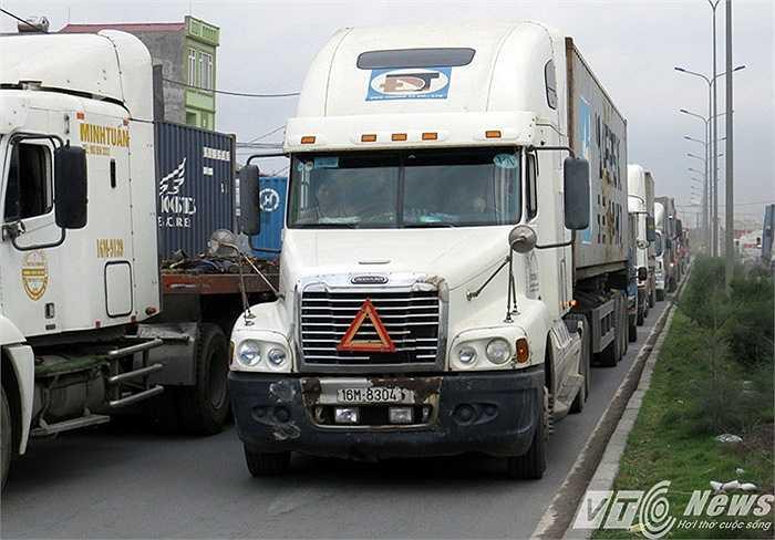 Hàng ngàn phương tiện nối đuôi nhau 'bò' từng mét trên đường 353 - Đình Vũ
