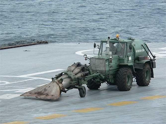 Trên boong của tàu sân bay Admiral Kuznetsov có những chiếc xe đặc biệt, không xuất hiện ở đâu khác ngoài con tàu này. Như trong hình là chiếc xe TM-59, chuyên để làm sạch sàn đáp máy bay.