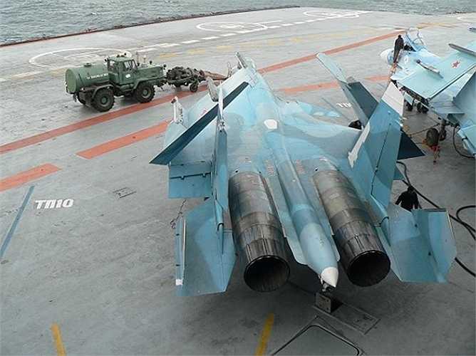 Bằng cách tận dụng động cơ máy bay Mig-17 làm máy thổi cực mạnh, chiếc xe có nhiệm vụ thổi sạch mọi vật lạ trên sàn cất/hạ cánh của các máy bay chiến đấu.