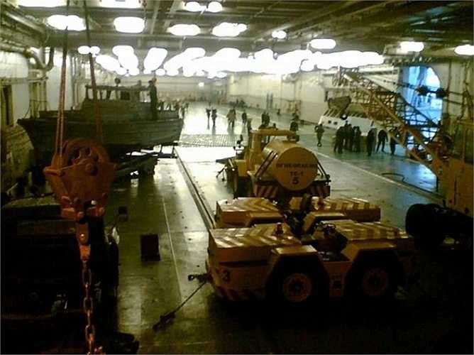 Trong hầm chứa máy bay, người ta thấy một số loại xe lạ, thậm chí cả những ca-nô hạng nhẹ.