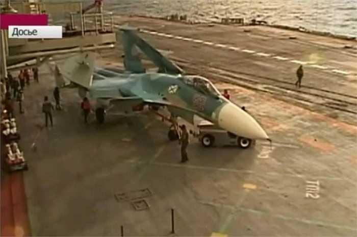 TUG kéo một chiếc Su-27 vào nhà chứa máy bay. Những chiếc xe kéo TUG được sử dụng hàng ngày do tần suất cất/hạ cánh của máy bay khá lớn.