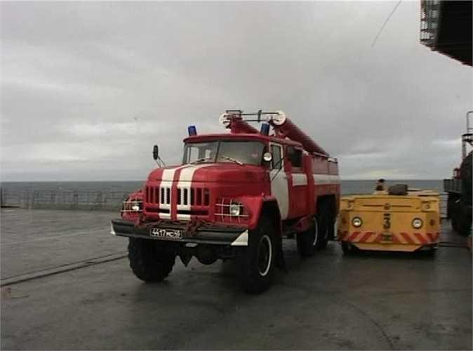 Xe cứu hỏa bánh lốp là một phương tiện đặc biệt trên tàu. Đó là một chiếc xe thông thường, nhưng được thiết kế lại bồn chứa để phun bọt hóa chất dập lửa.