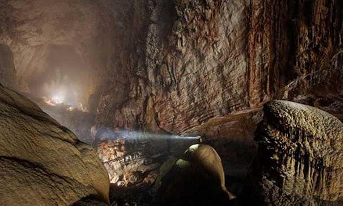 Theo trang The Simple Truth, Hang Sơn Đoòng ở tỉnh Quảng Bình là hang động lớn nhất thế giới, được hình thành từ hơn 2,5 triệu năm trước. Khi đến đây, du khách như lạc vào chốn bồng lai tiên cảnh. Hang Sơn Đoòng lọt top 'thiên đường nơi hạ giới'.
