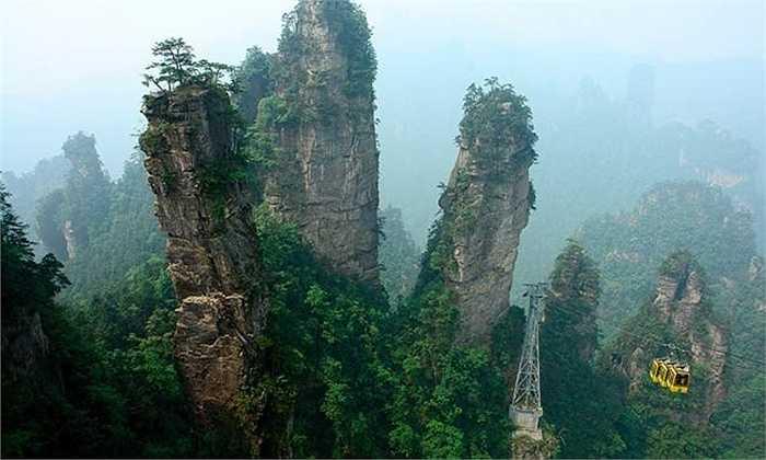 Núi Tianzi ở Trung Quốc nổi tiếng với hàng ngàn đỉnh núi hùng vĩ tuyệt đẹp như tranh vẽ. Một số đỉnh núi cao đến hơn 1.200m