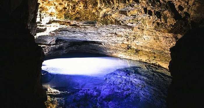 Enchanted Well ở Công viên quốc gia Chapada, Brazil là một hồ bơi khổng lồ, với làn nước xanh vắt có thể nhìn thấy tận đáy, nằm ở độ sâu khoảng 41m. Khi đến đây du khách sẽ có thể tìm thấy những dấu tích của 40 loài động vật đã tuyệt chủng ở nơi này.