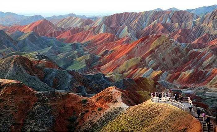 Công viên Địa chất Zhangye Danxia ở Trung Quốc có những núi đá nhiều màu sắc, được tạo thành qua hàng triệu năm tích tụ sa thạch đỏ và các trầm tích tạo nên cảnh quan ngoạn mục, choáng ngợp.