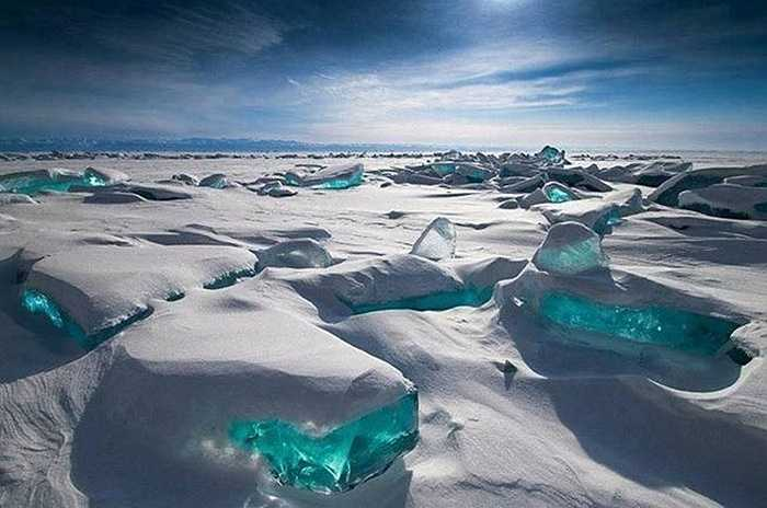Hồ nước ngọt Baikal ở Nga là hồ nước ngọt lớn và sâu nhất thế giới. Khi đến mùa Đông, hồ Baikal khoác lên mình vẻ đẹp khác lạ giống như những viên ngọc lục bảo cỡ lớn.