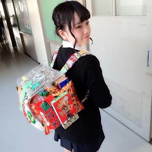 Theo Japanese Station, gần đây, nữ sinh Nhật Bản đang mê mệt với một phong trào kỳ quặc nhưng lại được xem là đáng yêu, dễ thương với nhiều người.