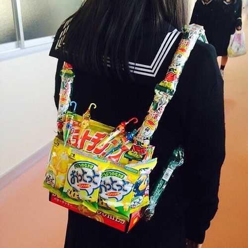Thay bằng chất liệu vải, da thông thường... những chiếc ba lô, túi xách của nữ sinh Nhật Bản nay được làm hoàn toàn bằng những gói quà vặt, bánh kẹo đầy màu sắc.