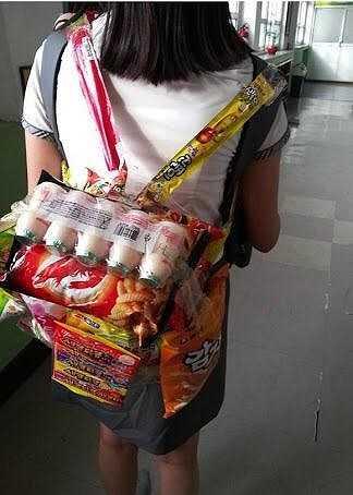 Và món phụ kiện kỳ quặc này đã trở thành phong trào của nữ sinh Nhật Bản. Cô bé nào cũng muốn mình có một ba lô quà vặt để mang đến trường.