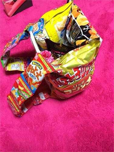 Nhiều trường học của Nhật Bản không cấm học sinh mang cơm trưa đến trường, nhưng việc mang quá nhiều quà vặt đến lớp như thế này cũng là trái với nội quy.