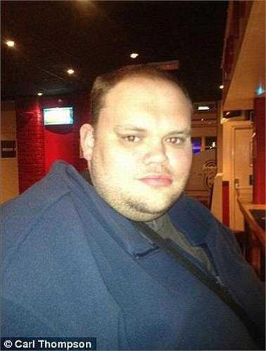 Sau 3 năm, Carl tăng 192 kg, hiện giờ cân nặng của anh là 413kg. Carl sống bằng tiền trợ cấp xã hội, mỗi tuần anh tiêu khoảng 200 bảng Anh để mua sắm thực phẩm trên mạng.