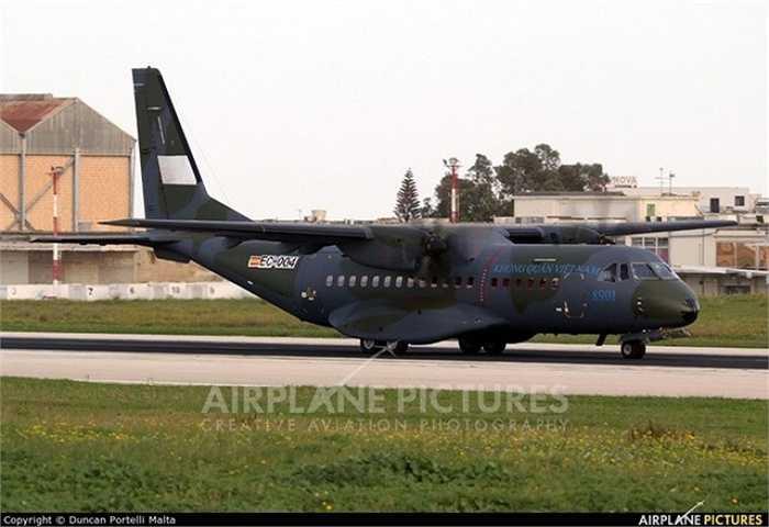 Chỉ ít ngày tới, Không quân Việt Nam sẽ được trang bị đủ bộ 3 máy bay vận tải quân sự C-295M hiện đại, từng bước thay thế cho những chiêc An-24 đã lỗi thời do Liên Xô chế tạo. (Nguồn: Đất Việt)